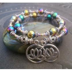 Bracelet 2 rangs perles d'hématites teintées et breloques fleurs de lotus